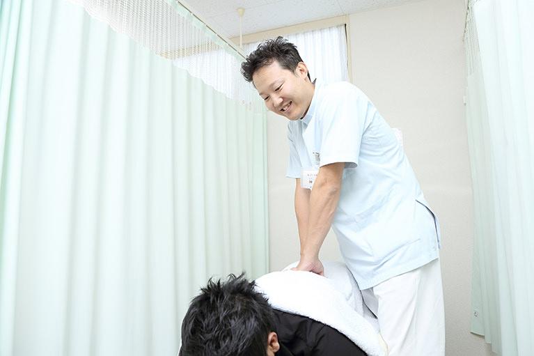 背骨のゆがみが、痛みやしびれの原因になることも
